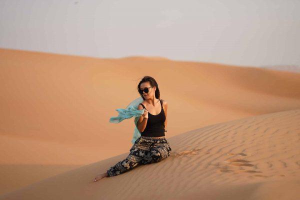 Femme dans le désert de Dubaï